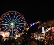 Crowds gather near a Ferriswheel ride